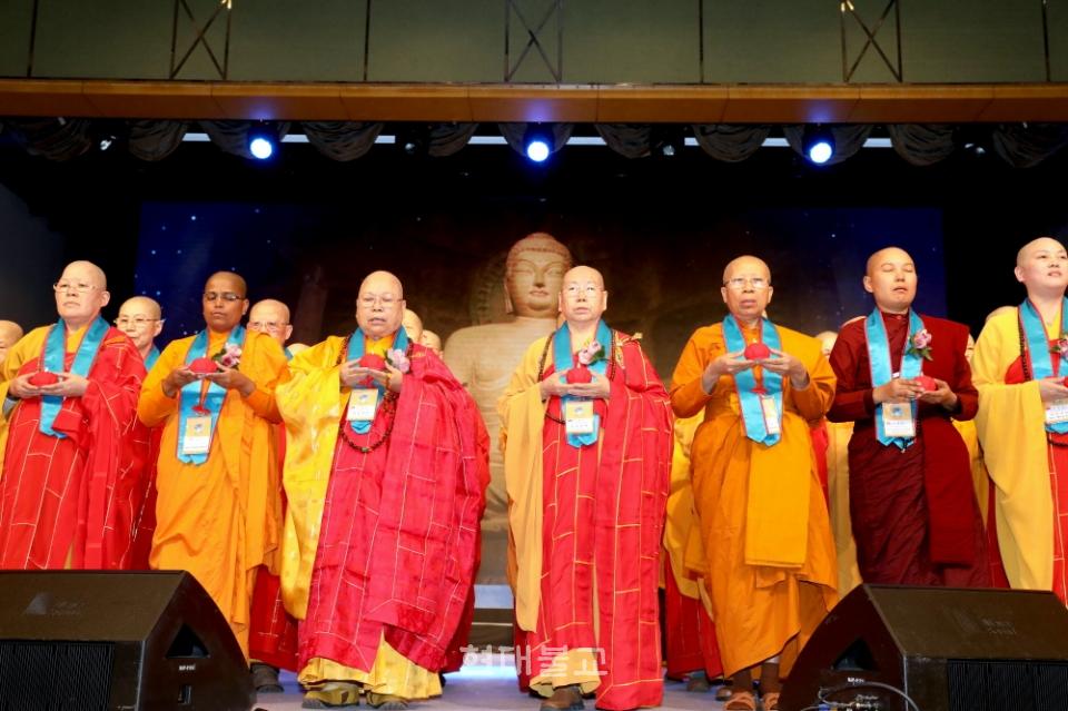 대만 대표단 100여 명의 비구니스님들이 두 손으로 연화등을 들고 무대에 올라 한반도 평화를 기원하는 공양의식을 올려 눈길을 끌었다.