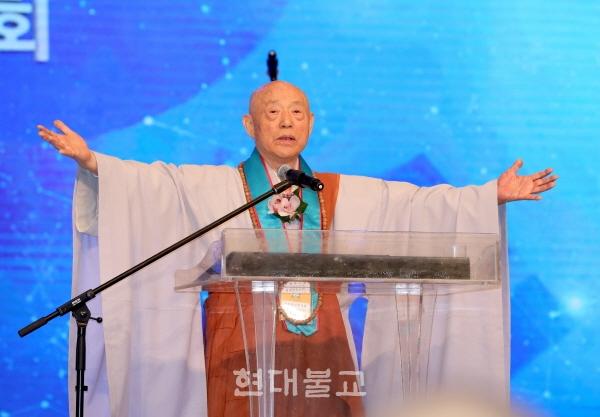 화엄경 속 부처님 성도를 찬탄하는 각림보살 게송을 읊고 있는 조계종 원로의원 도문 스님.