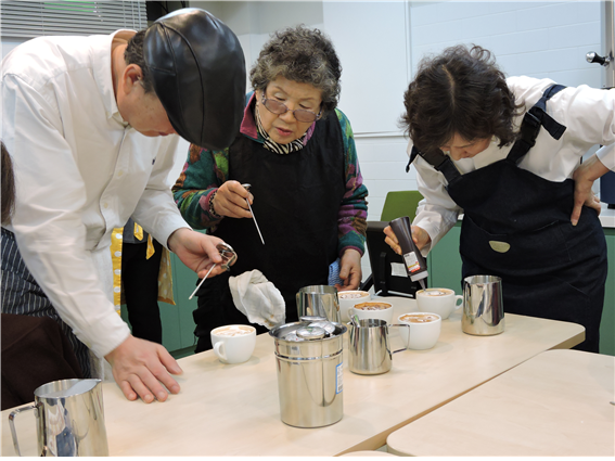 가비방에서 커피를 배우는 어르신들.