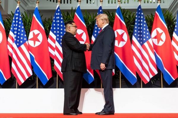 미국 트럼프 대통령과 북한 김정은 국무위원장이 6월 12일 싱가포르에서 만나 악수하는 모습. 사진출처=백악관 페이스북 페이지