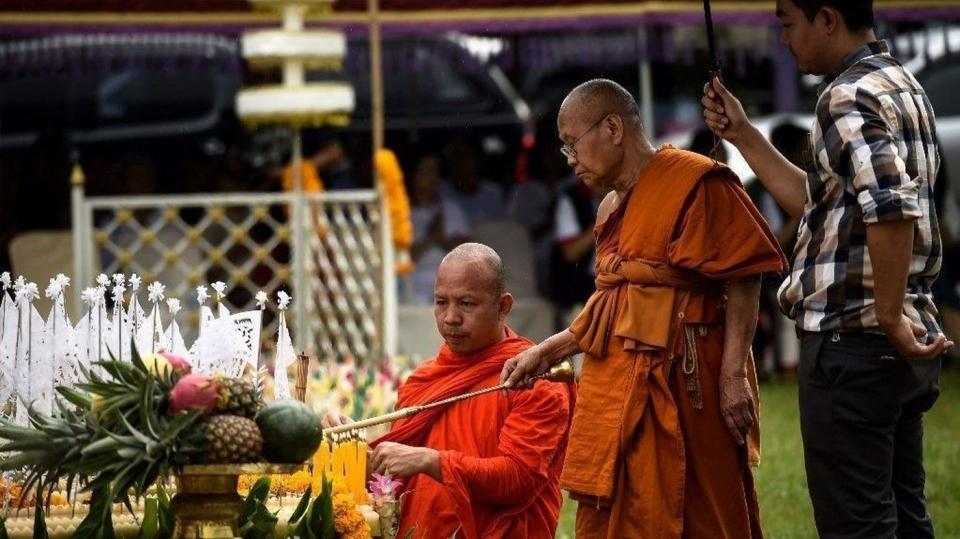 태국 스님들이 지난 7월 1일(현지시간) '동굴 실종' 소년들의 무사 귀환을 기도하고 있다. 사진출처=로스앤젤레스 타임즈