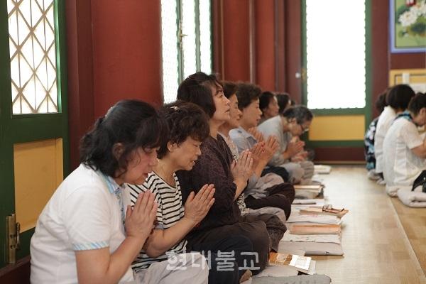 미타선원은 7월 8일~8월 25일 '우란분절(백중)기도 금강경 산림법회'를 봉행한다. 사진은 지난해 금강경 산림법회서 불자들이 기도하는 모습.