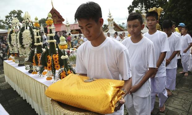 동굴 소년들은 지난 24일 삭발한 후 왓 프라 탓 도이 와오 사원에서 불교 귀의 의식을 치렀다. 사진출처=더가디언