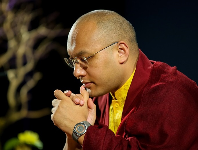 미국법회에서 기도 중인 17대 까르마빠 '오걘 틴레 도르제'. 사진출처=Karmapa U.S.