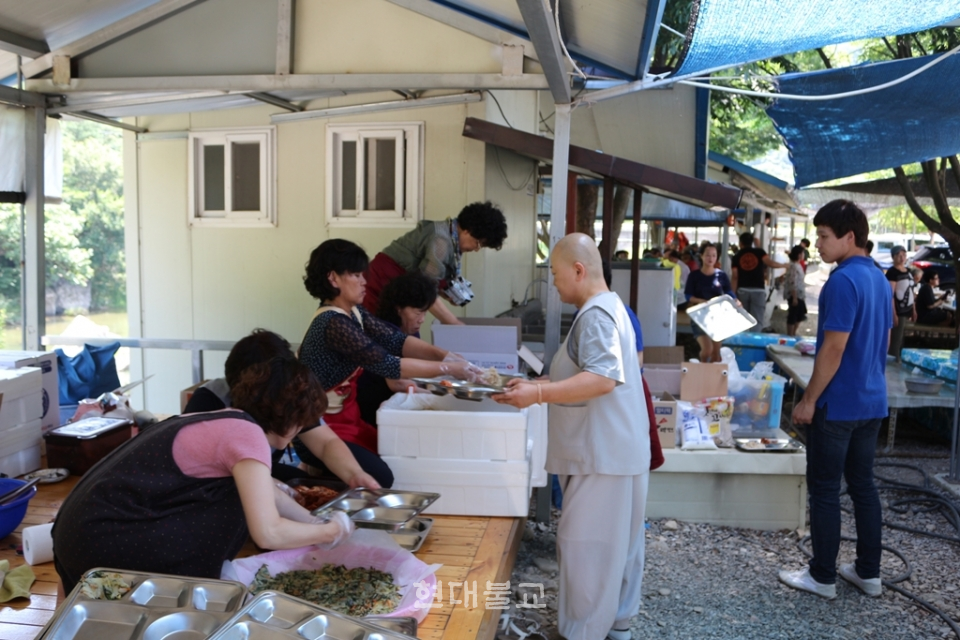 보경스님이 자원봉사자들과 함께 시각장애인 어르신들 식사준비에 한창이다