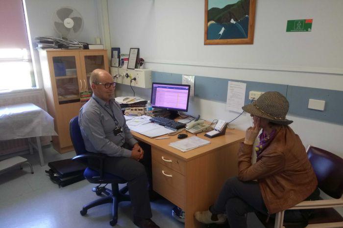 암 전문의인 조나단이 환자와 상담하는 모습. 사진출처=ABC뉴스