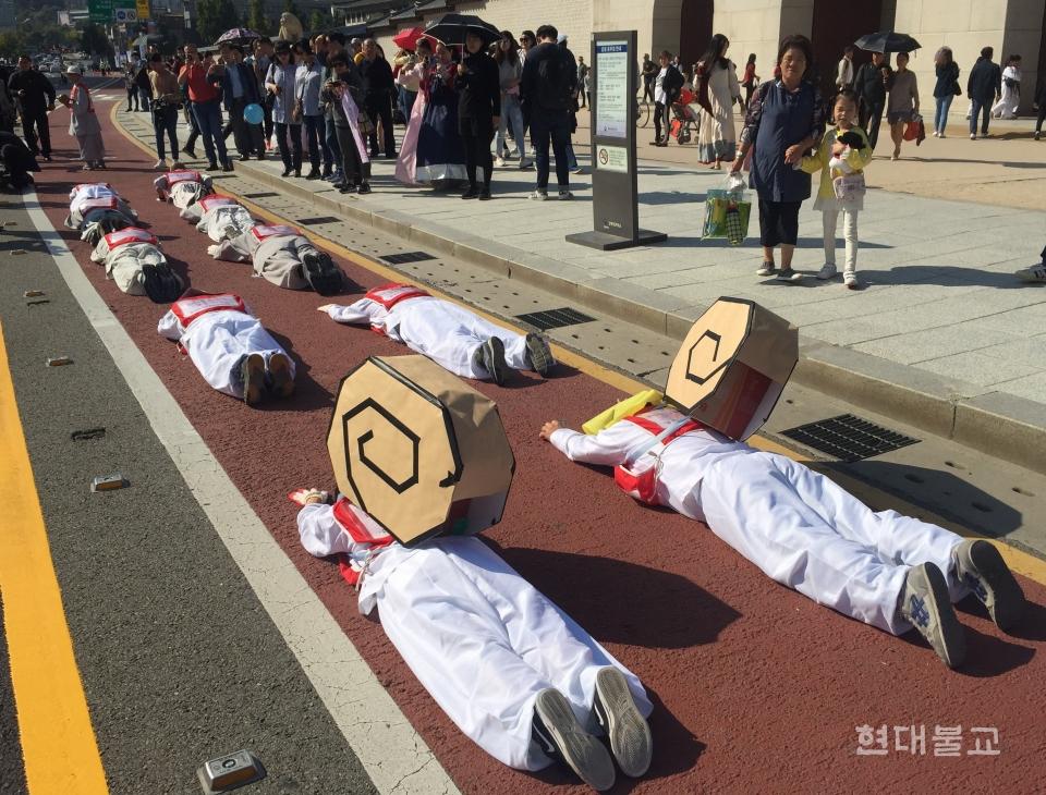서울광화문광장을 출발한 오체투지 행렬은 사노위, 천주교 빈민사목위, 시민 등 20명이 5보1배하며 청와대까지 2km가량 이어졌다. 이들 뒤로 100여 명의 참가자들이  행진에 동참했다.