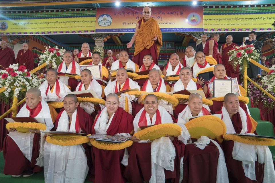 2012년 게썌마 학위수여식에 참석한 최초의 게썌마들과 달라이라마. 사진출처=달라이라마 공식사무국