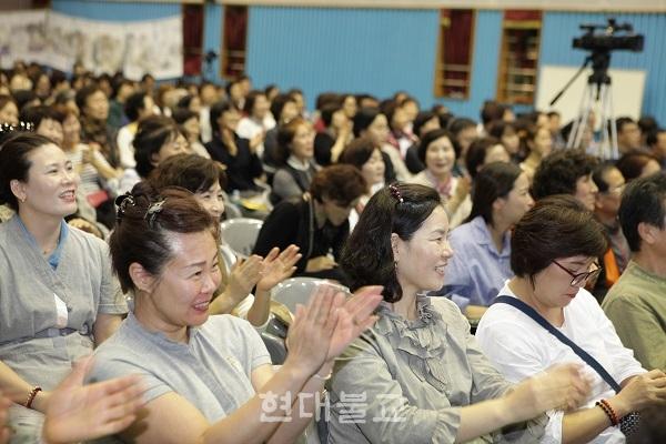 사단법인 가야문화진흥원은 10월 7일 가야대학교 체육관에서 '제2회 가야효문화축제'를 개최했다. 참가자들이 환호하는 모습