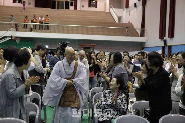 법륜 스님이 나타나자 불자 및 지역 시민들이 반기며 환영하고 있다.