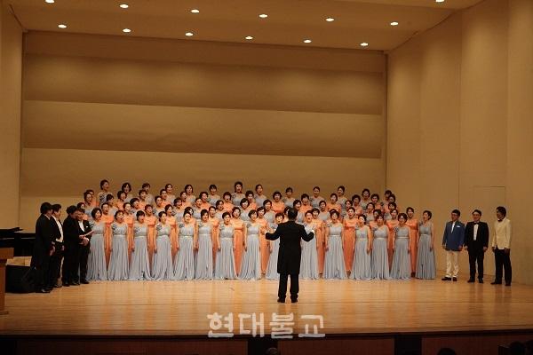 부산불교합창단연합회가 11월 5일 부산금정문화회관 대극장에서 '2018 부산불교합창제'를 개최했다. 부산불교연합합창단과 지휘자들이 마지막 무대를 장식했다