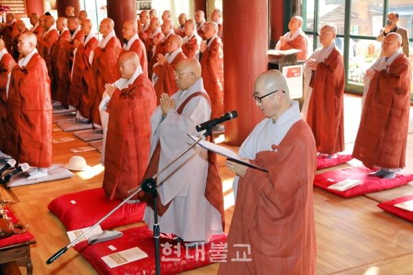조계종 제17대 중앙종회 개원식이 11월 9일 서울 조계사 대웅전서 봉행됐다. 사진은 종회의원 원묵 스님이 대표로 의원선서를 하는 모습.