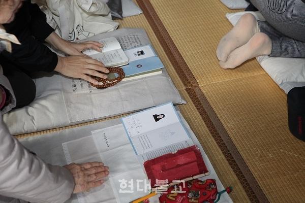 수능을 하루 앞둔 법당, 수험생의 얼굴 사진이 경전 위에 놓여 있고 부모들은 합장한 채 금강경을 독송했다. 해남사 금강경 독송 정진 현장 모습이다.