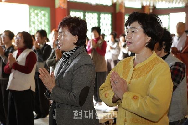 통도사 울산 포교당 해남사의 금강경 독송 21일 정진 회향법회에서 합장한 채 부처님 가르침을 되새기는 불자들.