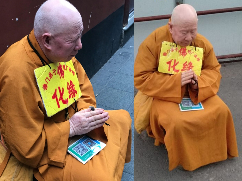 QR코드를 이용한 스마트 결제로 보시를 받고 있는 스님. 사진출처=이존뉴스