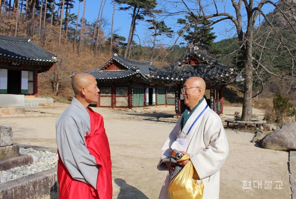 조계종 민추본 본부장 원택 스님(오른쪽)이 조불련 소속 신계사 주지 진각 스님(왼쪽)과 신계사 경내에서 이야기를 나누는 모습. 사진제공=조계종 민추본
