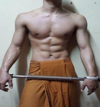수라섹 콰티작의 SNS계정에 게재된 사진. 태국불교청은 스님의 신원 파악 중이다.