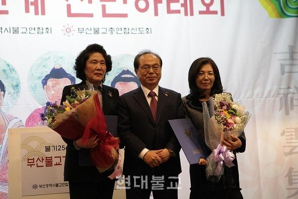 공로상을 받은 김수현 부산여성개발원 원장(왼쪽)과 김지연 대한적십자봉사회 부산지사 불교지구협의회 회장(오른쪽)