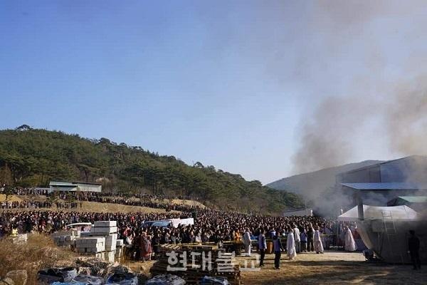 영축총림 통도사가 화엄산림법회를 회향했다. 이번 화엄산림법회는 역대 최다인 2만 여명이 참여해 마지막 소대의식에서 대중들이 산을 가득 메우는 진풍경을 연출했다.