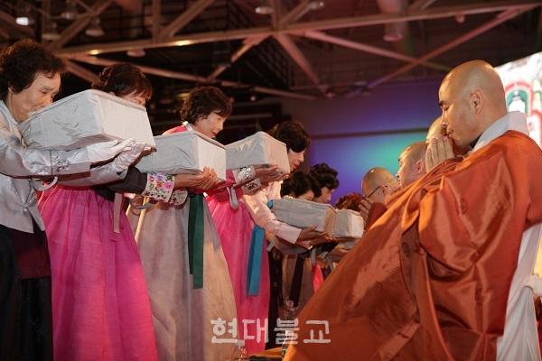 성도재일을 맞아 조계종부산연합회는 1월 13일 부산 벡스코 제2전시관에서 제8회 성도재일 기념 승보공양법회를 봉행했다.