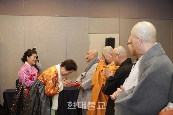 신년하례에서 백명숙 회장을 비롯해 회원들은 스님들께 선물을 전달하며 건강한 한해를 기원했다