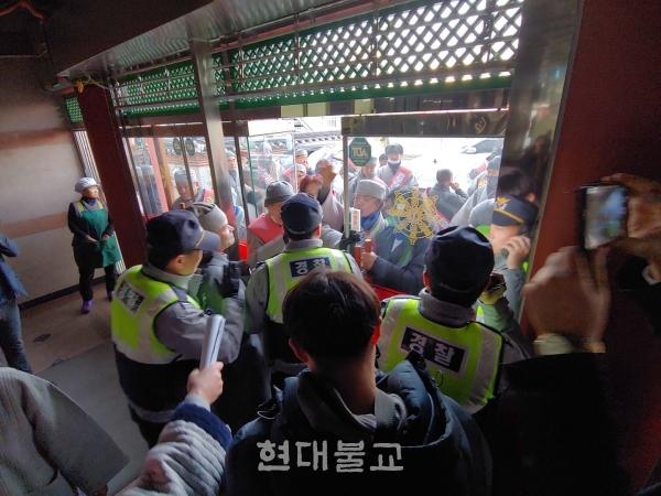 기자회견장 밖에서는 편백운 스님의 퇴진을 촉구하는 시위가 열렸으며, 총무원 측과 마찰을 빚어 경찰이 중재하는 상황도 벌어졌다.