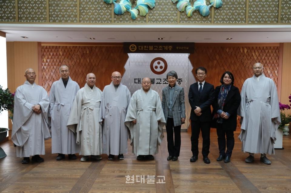 조계종 총무원장 원행 스님은 1월 31일 정재숙 문화재청장의 예방을 받았다. 이 자리에서 원행 스님은 불교문화재 관리에 대한 정부의 관심을 촉구했다. 사진은 예방 직후 이뤄진 기념사진 촬영.