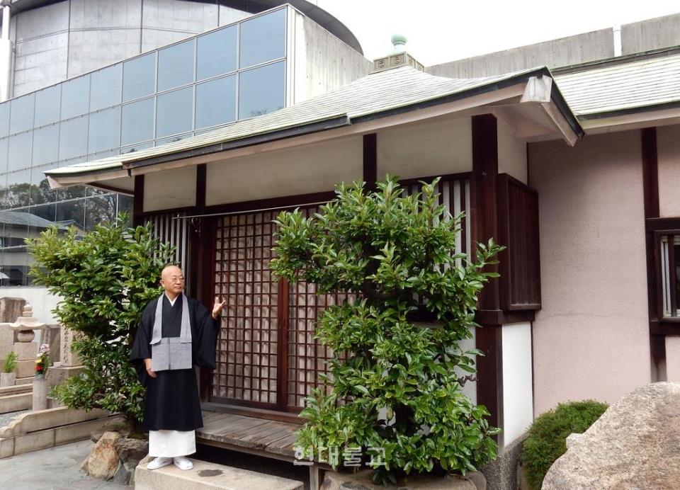 무연고자들을 위한 전용 장례시설로 사용될 법당을 소개하는 아키타 스님. 사진출처=산케이신문