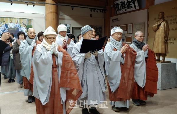 선학원 분원장 스님들과 신도들이 선학원 기념관 1층 만해 스님 동상 앞에서 참회고불문을 낭독하는 모습.