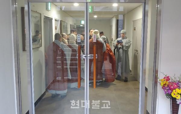 선학원 분원장 스님과 재단 측은 법당 개방을 놓고 고성을 주고받기도 했다.