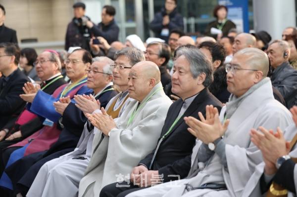 행사에 참여한 국내 종교지도자들이 합창단 무대를 감상하며 박수를 치고 있다.