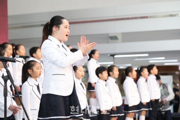 온해피 어린이합창단이 부르는 '아름다운 세상' 공연으로 행사의 막이 올랐다.