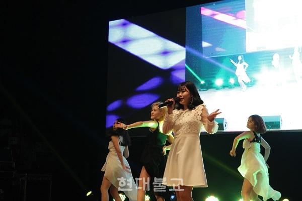부산자비암문화예술단 소속 가수 드림(엄재원)이 창립 4주년을 축하하며 무대에서 노래를 부르고 있다.