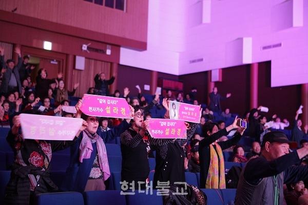 콘서트에는 자비암 주지 자관 스님, 화엄승가회 회장 자인 스님, 태고종부산종무원 재정부원장 지광 스님을 비롯 지역민 300여명이 동참했다.