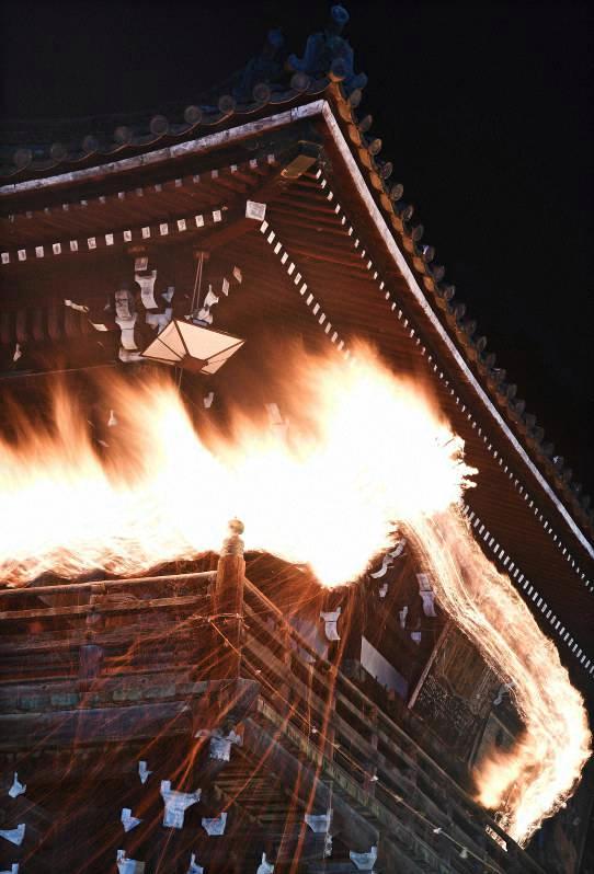 12일 저녁 니가츠도 난간을 질주하는 거대한 대나무 횃불(오타이마츠). 사진출처=마이니치신문