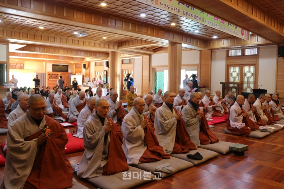 졸업식에서 학인스님들이 팔리어 삼귀의를 봉행하고 있다.