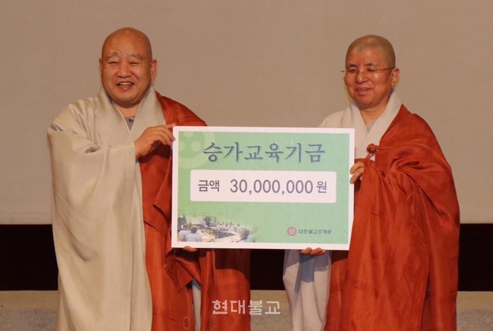 (재)한마음선원 이사장 혜수 스님(조계종 장학위원)이 4월 10일 열린 교육불사 후원법회에서 승가교육기금 3000만원을 전달하고 있다.