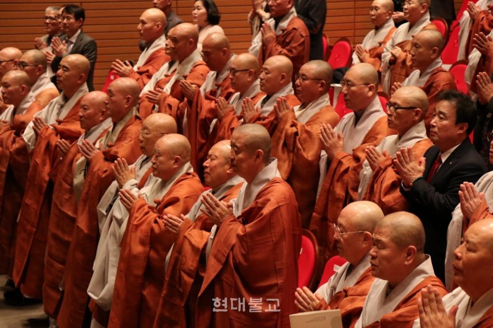 조계종 승가교육진흥위원회는 4월 10일 한국불교역사문화기념관 전통문화공연장에서 '교육불사 후원법회'를 봉행했다. 사진은 참석 사부대중이 삼귀의를 올리고 있는 모습.