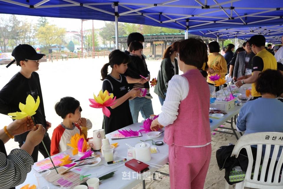 전북어린이 큰잔치에 참가한 어린이들이 연꽃등 만들기 체험을 하고 있다.