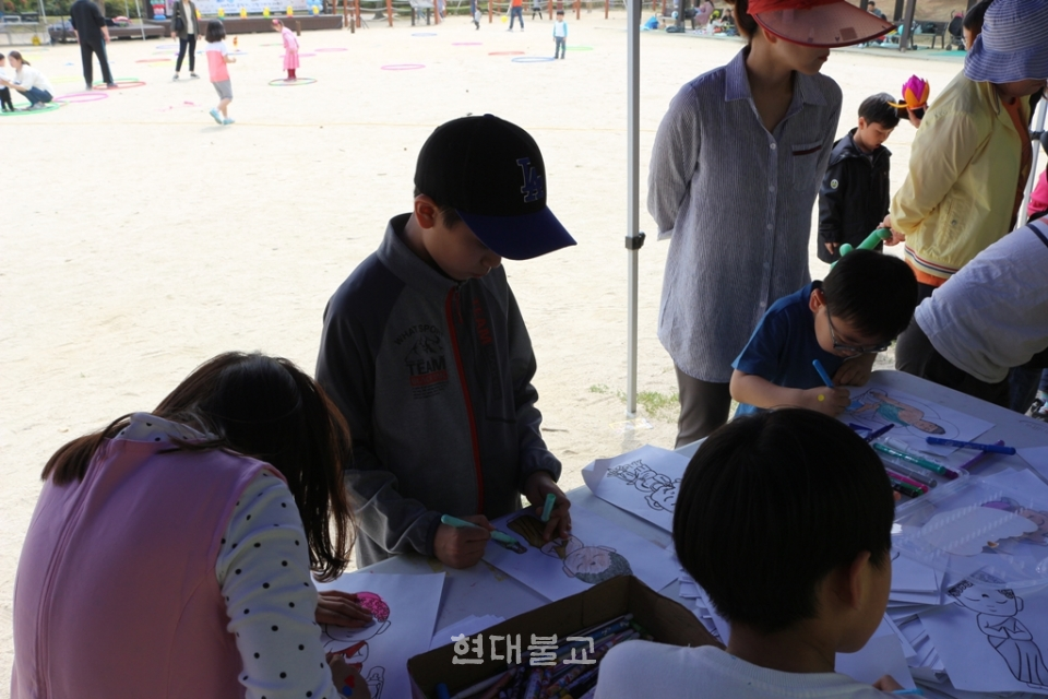 부처님 그리기 체험에 참가하고 있는 어린이들