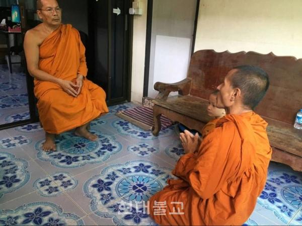 자신의 폭행사건에 참회하고 있는 프라 사티트 스님(사진 오른쪽). 사진출처=더 썬