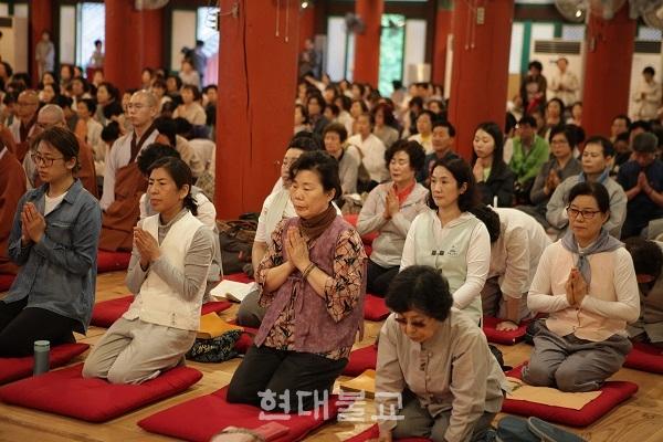 통도사 단오재에는 비가오는 궂은 날씨에도 500여명의 사부대중이 참여했다.
