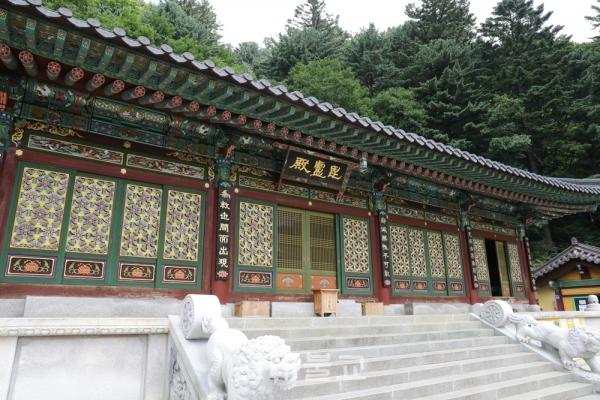 비로자나부처님을 모신 사자암 비로전은 사방 8면에는 각각 다섯 사자좌의 문수보살을 중심으로 상계에 500문수보살상과 하계에 500문수동자상을 모셨다.