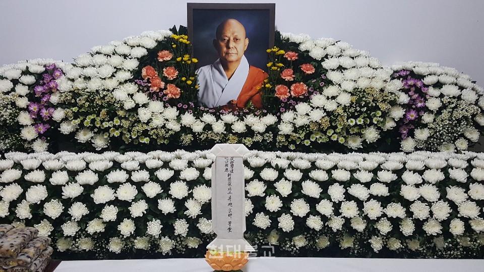 고성 옥천사 청련암 회주 승욱 스님의 영단. 스님은 9월 2일 법납 48년, 세수 70세로 원적했다.
