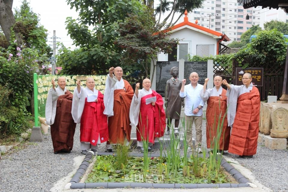 이치노헤 스님(오른쪽 세 번째)과 군산사암연합회스님들이 아베정부를 규탄하는 공동성명을 발표하고 있다.