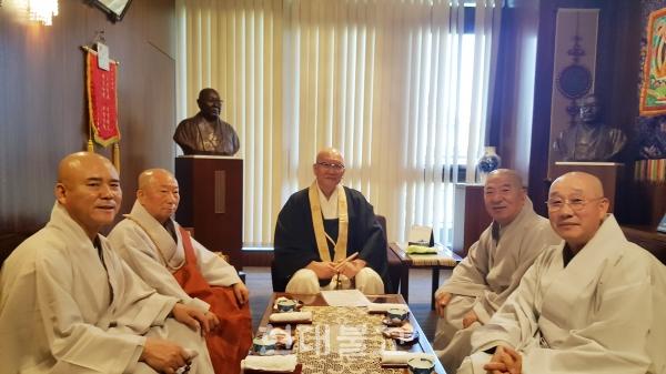 일한불교교류협의회장 후지타 류조 스님(사진 가운데)과 만나 양국 관계 개선 방안을 논의하는 한국불교대표단.