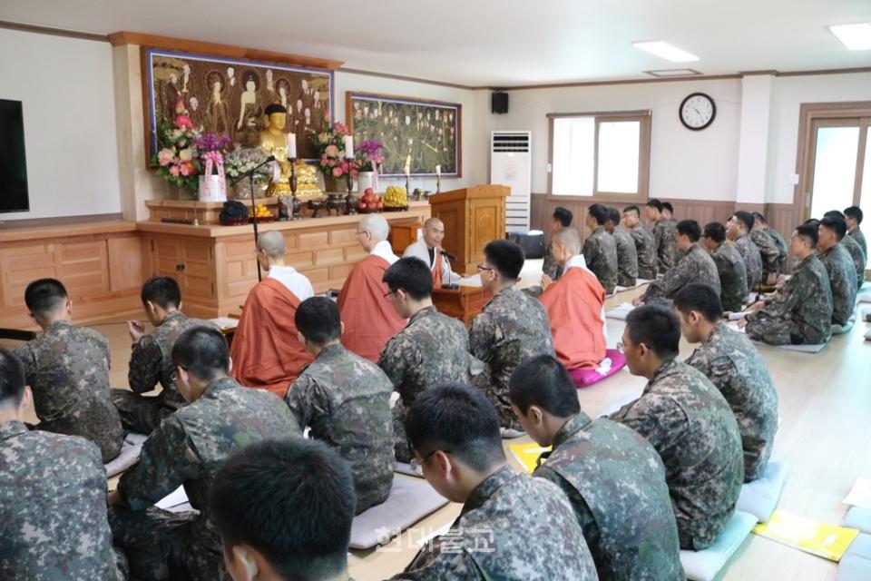 이날 수계법회에는 노명종연대장등 부대 간부들도 참석해 수계장병들을 축하했다.