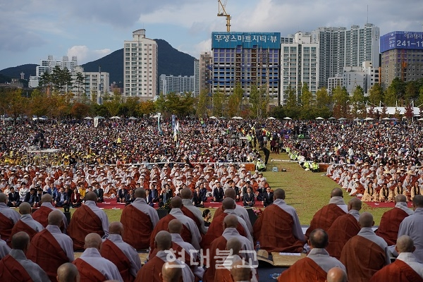 축제에 모인 대중의 모습. 행사에는 시민과 불자 10만여명이 동참했다.