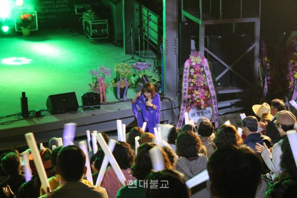 가수 나현아씨가 객석에서 대중과 함께 노래하고 있다