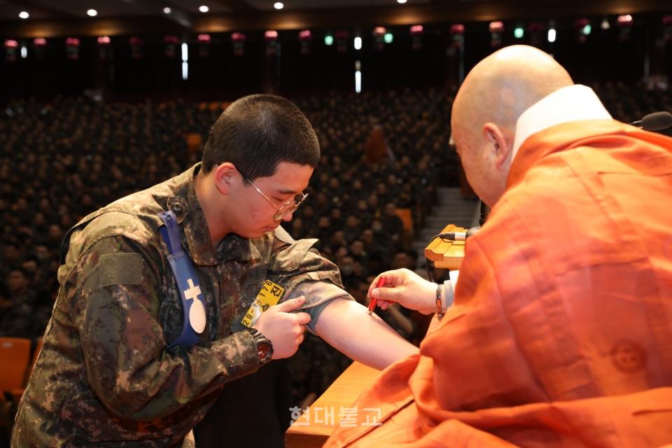 원행 스님이 훈련병 대표에게 연비를 하고 있다. 최근 군법당에서는 향 연비가 아닌 도장 연비가 이뤄진다.